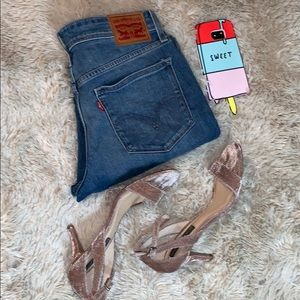 LEVI'S • Medium Wash Denim Jeans